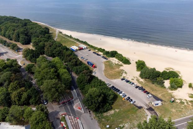 Plan MIIWIŚ zakłada budowę nowego parkingu przy plaży wraz z budynkiem, w którym miałoby się znaleźć pięć apartamentów na wynajem. Planom tym sprzeciwia się minister kultury Piotr Gliński.