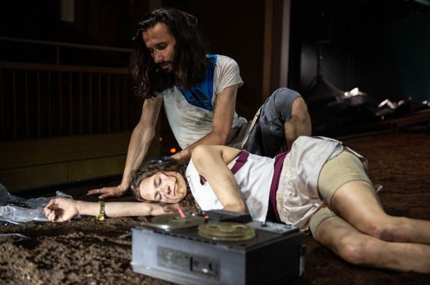 Prospero (Paweł Smagała) jest panem wyspy, jednak jego córka Miranda (Wiktoria Dudek) z wyglądu i zachowania przypomina bardziej Kalibana niż własnego ojca.