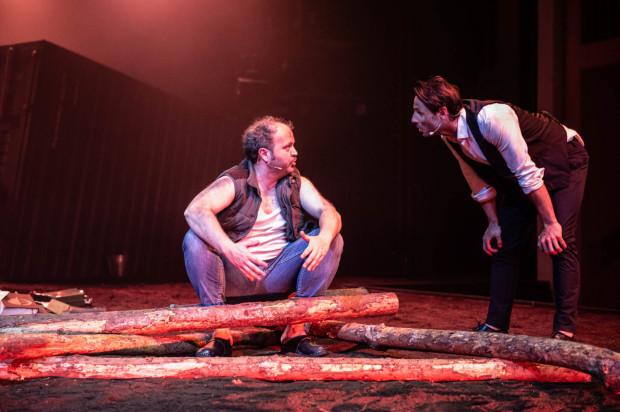 Kaliban w wykonaniu Marcina Gawła (po lewej) nie jest zbudowany z klisz ani schematów. To niewolnik marzący o rewolucji, która przywróci mu wolność.