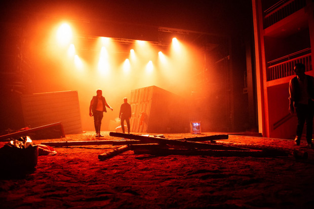Duże wrażenie robi efektowna, monumentalna scenografia Kai Migdałek.