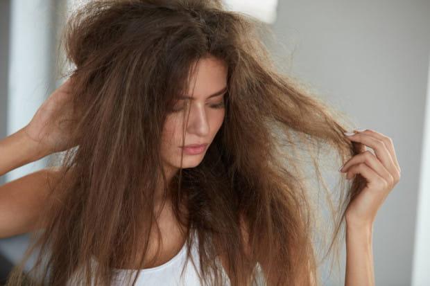 Włosy po wakacjach wymagają szczególnej troski. Narażone na promieniowanie UV, zmiany temperatur czy negatywne działalnie słonej wody stają się matowe, łamliwe i trudne do uczesania.