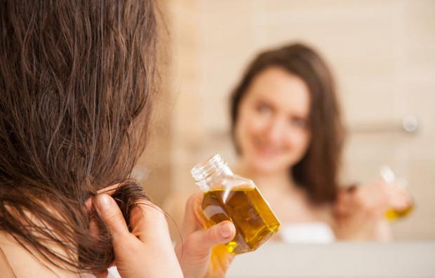 Jednym ze sposobów na piękne włosy jest regularne olejowanie.