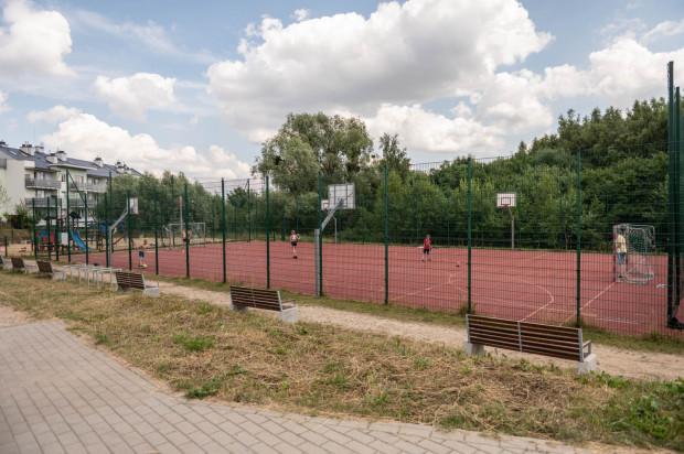 Dopóki Multipark nie powstanie, mieszkańcom Królewskiego Wzgórza i okolic pozostaje korzystanie z istniejącego od kilku lat boiska, placu zabaw i małego terenu rekreacyjnego.
