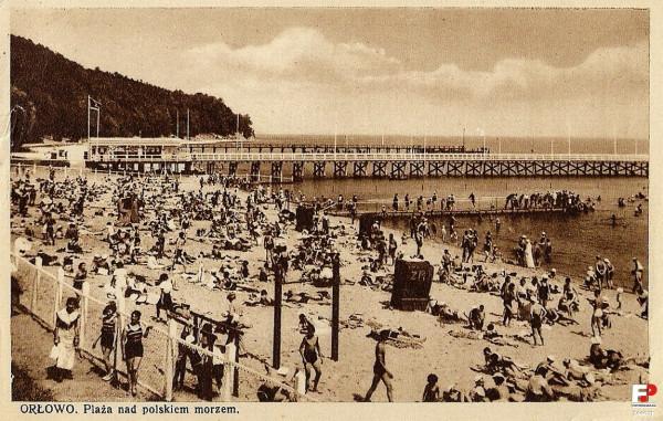 Plaża w Orłowie na zdjęciu z lat 30. XX wieku. Warto zwrócić uwagę, że klif wchodził niegdyś znacznie głębiej w wody Bałtyku.