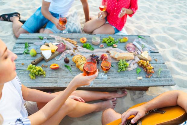 Wykwintny posiłek na plaży nie musi kosztować majątku. Wystarczy wykazać się fantazją.