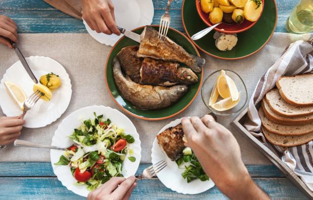 Być nad morzem i nie zjeść dobrej rybki to jak odwiedzić Rzym i nie widzieć papieża. Zanim jednak wybierzemy restaurację, warto zapoznać się z jej menu, żeby uniknąć przykrych niespodzianek podczas płacenia rachunku.