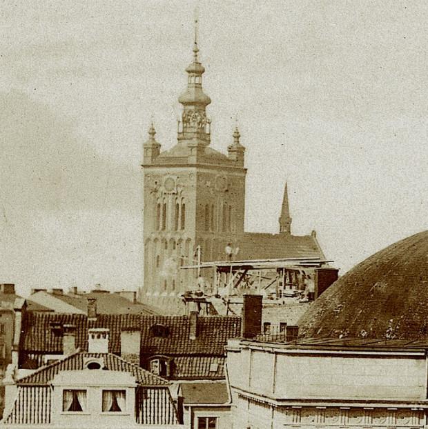 Widok na wieżę kościoła św. Katarzyny. Po prawej stronie widoczny fragment kopuły Teatru Miejskiego przy Targu Węglowym.
