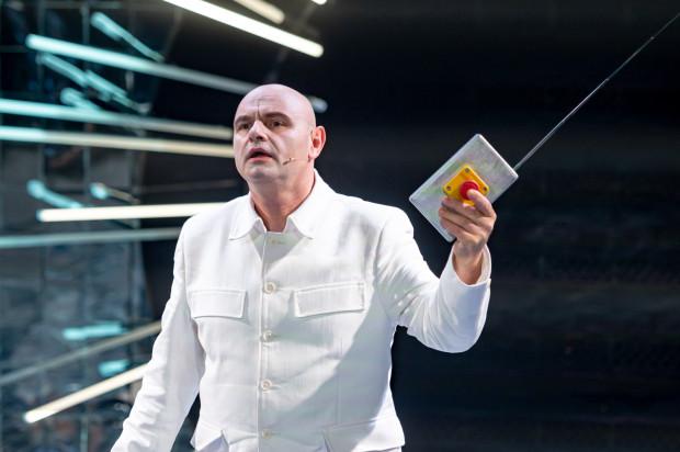 Spectacolul constă dintr-o serie de monologuri.  Autorul unuia dintre cei mai buni este Robert Ninkevich în rolul lui Kim Dzung-un.