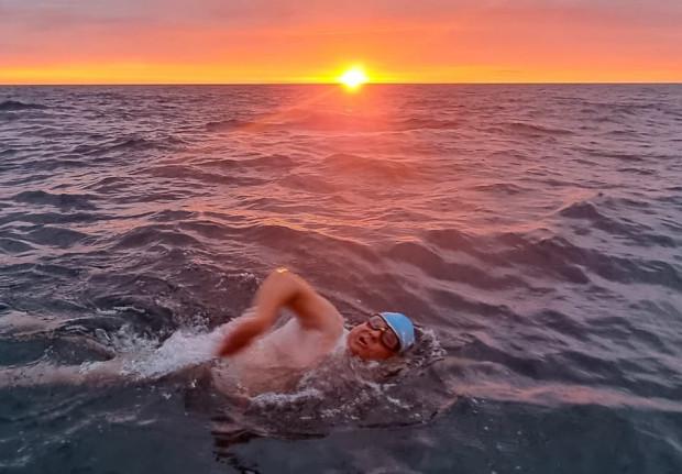 Piotr Biankowski przepłynął kanał La Manche jako 11. Polak w historii. Potrzebował do tego ponad 15 godzin.