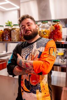 Oria zabierze nas w niezwykłą podróż przez różne kultury, zarówno te bardziej znane, jak i dawno zapomniane. Na zdjęciu Szef Kuchni restauracji Oria Magic House.