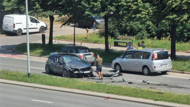 Skutki wypadku z udziałem Mercedesa-AMG A45 Petronas.