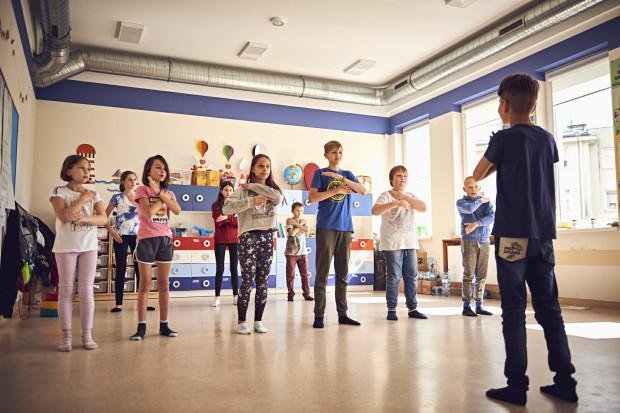 - Dzieci i młodzież uczą się nie tylko współpracy, ale też poszanowania dla różnych kultur, patrzenia na świat w inny sposób - mówi Iwona Frydryszak