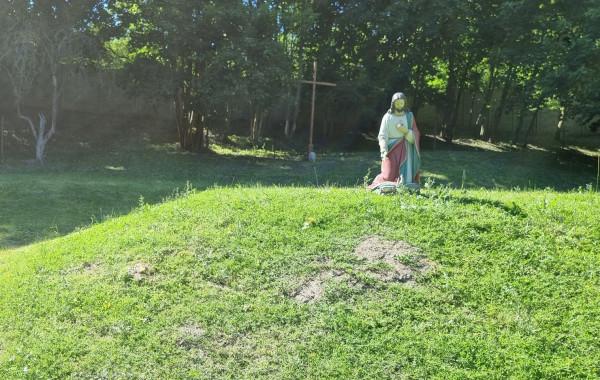 W miejscu, gdzie przez lata stały paśniki danieli, pojawiły się ostatnio figury świętych i krzyże.