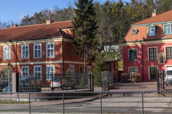 Do nieruchomości przy ul. Brzegi na Oruni przylega spory teren zielony. Arcybiskup Głódź przez lata pasł tam swoje daniele.
