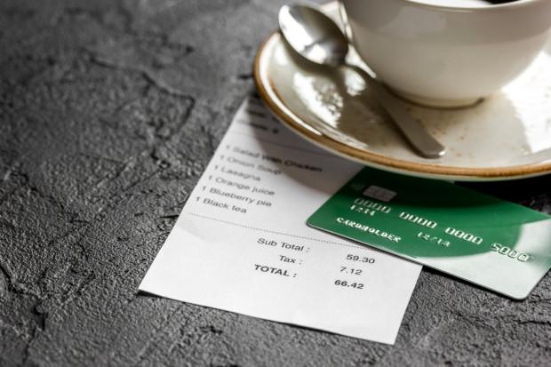 W kartach menu lokali gastronomicznych pojawiają się wpisy, że do rachunku przy rezerwacji na więcej osób jest z góry naliczana opłata w wysokości 10 proc. i traktowana jako napiwek.