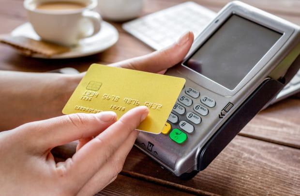 Płatność kartą w restauracji to bardzo powszechne zjawisko, ale okazuje się, że zabija ono stary zwyczaj, jakim jest napiwek dla kelnera.