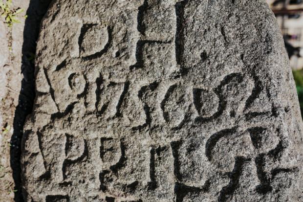 Przybliżenie na inskrypcję, wyrytą na kamieniu.
