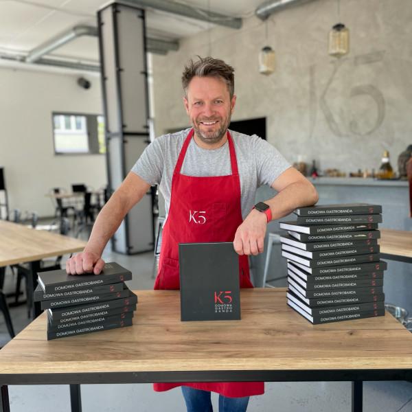 Wprowadzenia do każdego z 10 rozdziałów przygotował Kamil Sadkowski.