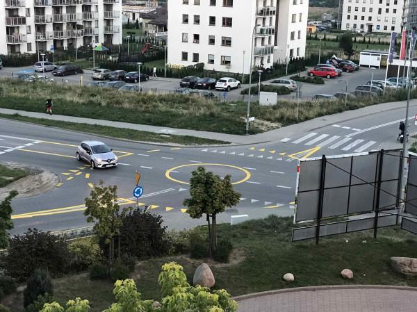 """Rondo przy ul. Jabłoniowej wymalowano żółtą farbą. Jego """"płaska"""" konstrukcja sprawia, że wielu kierowców lekceważy tu ruch okrężny i porusza się jak po zwykłym skrzyżowaniu."""
