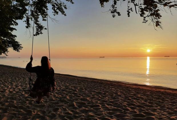 Klimatyczne miejsce na plaży przyciąga wiele osób. Często trzeba odstać swoje w kolejce, by móc zrobić sobie kilka ujęć.