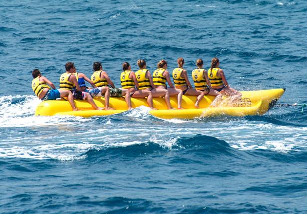 Pływający banan to jedna z popularniejszych wodnych atrakcji.