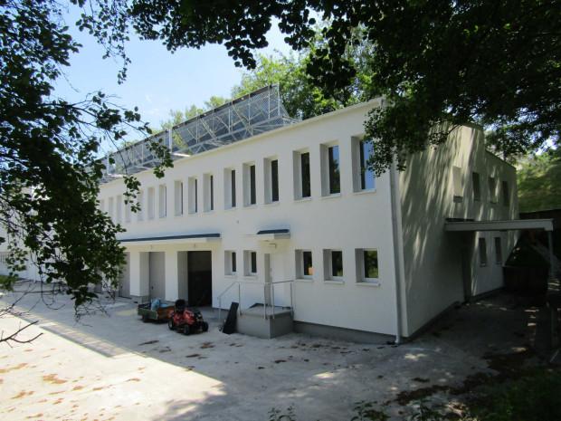 W ramach projektu wcześniej wyremontowano również pomieszczenia kuchni, a prace objęły nie tylko docieplenie ścian zewnętrznych, ale również wymianę posadzek i stolarki wewnętrznej.
