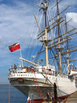 """Zwiedzanie """"Daru Pomorza"""" zaczyna się od międzypokładu, gdzie w czasie rejsów mieszkali praktykanci. Obecnie w międzypokładzie można poznać historię statku przedstawioną na planszach z fotografiami i mapami."""