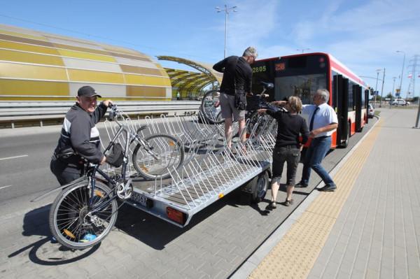 Autobus z przyczepką rowerową to świetna opcja dla rowerzystów.
