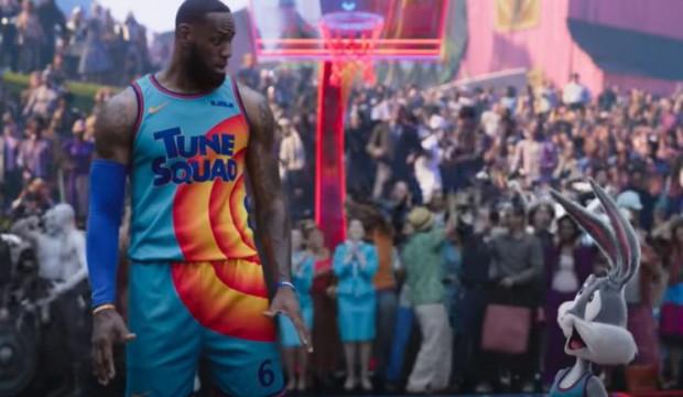 Gwiazdor NBA całkiem nieźle radzi sobie w krainie Animków, lecz brakuje mu charyzmy Michaela Jordana. LeBrona trzeba jednak docenić za poczucie humoru i dystans do siebie, bo twórcy filmu kilka razy wbijają mu małą szpilkę.