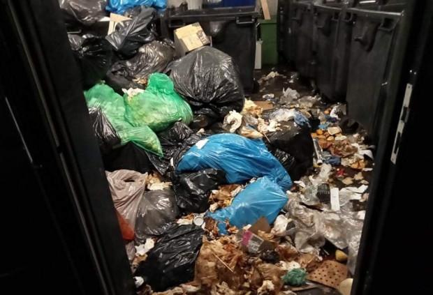 Wiatę śmietnikową przy ul. Kościuszki w takim stanie zastali strażnicy miejscy.  Choć w kontenerach było miejsce, śmieci lądowały na podłodze.