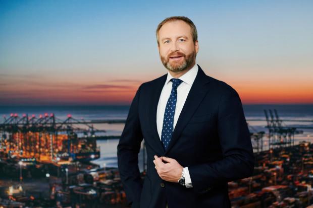 Przed objęciem stanowiska w Polsce Charles Baker piastował funkcję wiceprezesa  PSA Americas.