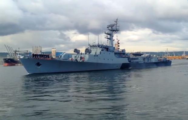 ORP Kaszub wpływa do portu w Gdyni.