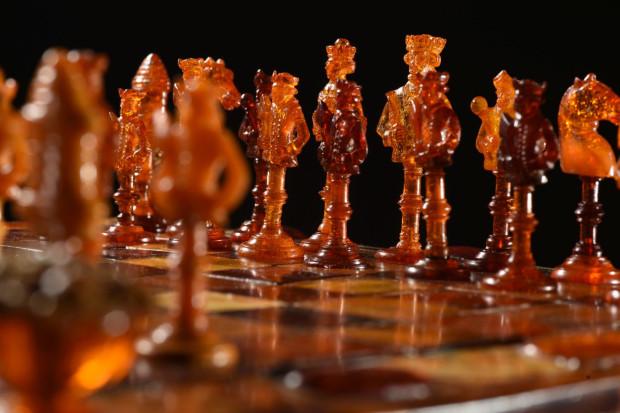 Bursztynowy komplet szachów.