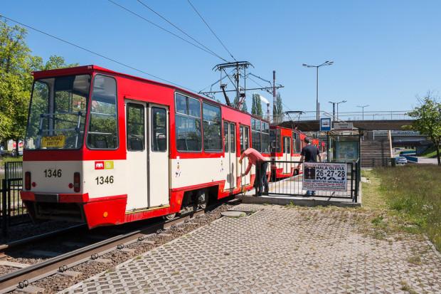 """""""Stopiątki"""", choć są przestarzałymi konstrukcjami, pozbawionymi niskiej podłogi i klimatyzacji, należą do najbardziej pojemnych tramwajów. Trzywagonowy skład jest w stanie pomieścić ok. 363 pasażerów."""