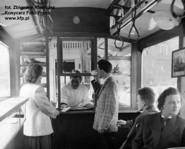 Zdjęcie wnętrza baru, wykonane 11 maja 1956 r.