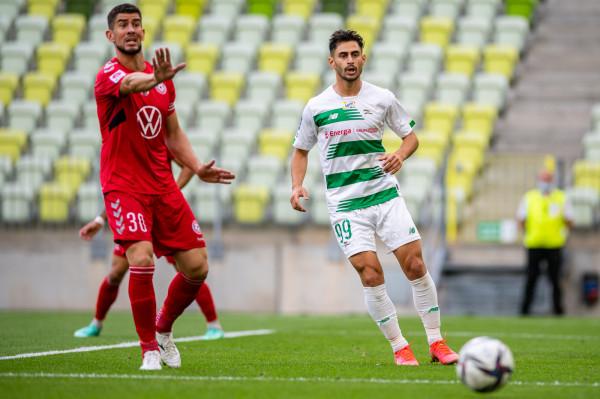 Ilkay Durmus (nr 99) pokazał się z dobrej strony w letnich sparingach. Czy będzie silnym punktem Lechii Gdańsk w sezonie 2021/22?