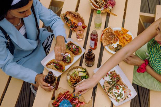 Na imprezach w stoczni zjeść można nie tylko klasyczne przekąski jak frytki czy burgery. Menu tych miejsc ciągle się rozwija i można znaleźć nietuzinkowe, smaczne dania.