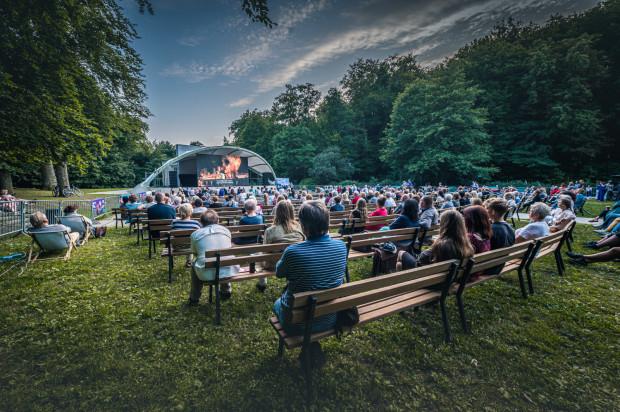 """""""Rigoletto"""" w Parku Oruńskim oglądano w znakomitej pogodzie, ale nowa przestrzeń nie przyciągnęła tylu widzów, co poprzednie edycje imprezy na Targu Węglowym."""