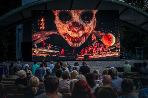 """W inscenizacji """"Rigoletta"""", wyreżyserowanej przez Philippa Stölzla, wraz z czasem trwania spektaklu coraz częściej odkrywamy klimat teledysków Rammsteina, które Stölzl reżyserował."""