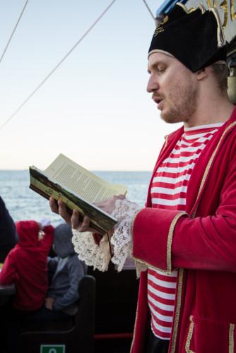 """""""Wyprawa godna Kolumba"""" to spotkanie autora Pawła Wakuły z małymi czytelnikami podczas rejsu statkiem """"Pirat""""."""
