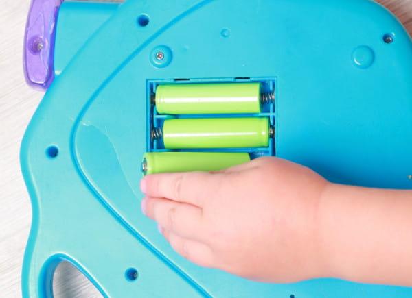 Wiele zabawek ma zbyt łatwy dostęp do baterii, co też może być dużym zagrożeniem dla dzieci.