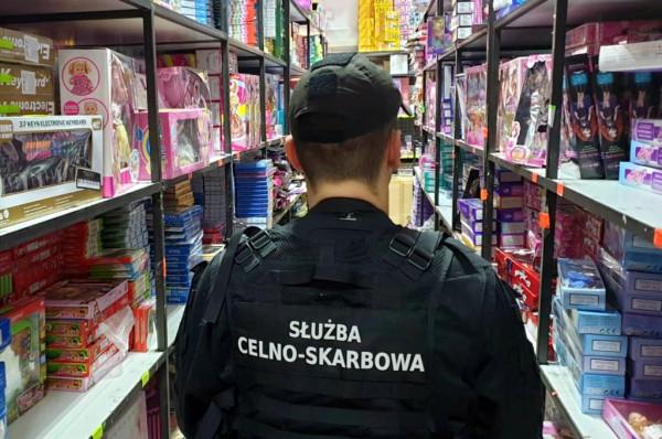 Funkcjonariusze Służby Celno-Skarbowej często konfiskują podróbki zabawek, które miały trafić do sprzedaży.