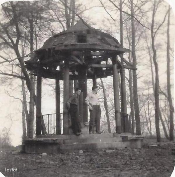 Zdjęcie altany wykonane w latach powojennnych.