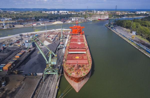 Port Gdański Eksploatacja tonajwiększy uniwersalny operator przeładunkowy działający nanabrzeżach wewnętrznej części Portu Gdańsk.