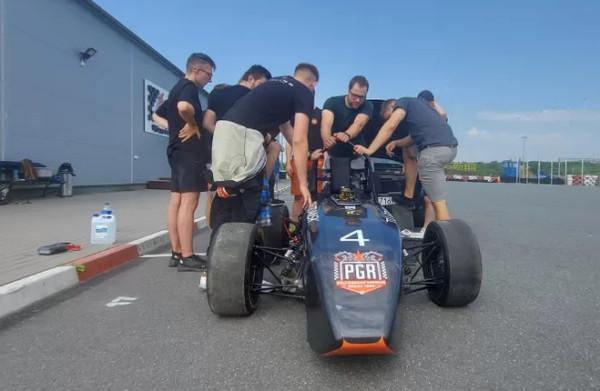 Bolid PGRacing Team podczas testów na Autodromie Pomorze.