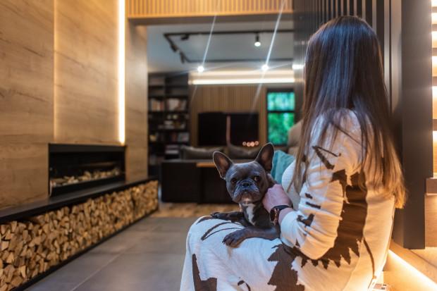 Kinga, właścicielka domu, kupiła i wyremontowała dom zgodnie ze swoją wizją. Jak sama mówi, jest miłośniczką drewna i lameli. To dlatego większość wyposażenia domu została wykonana na indywidualne zamówienie z drewna.