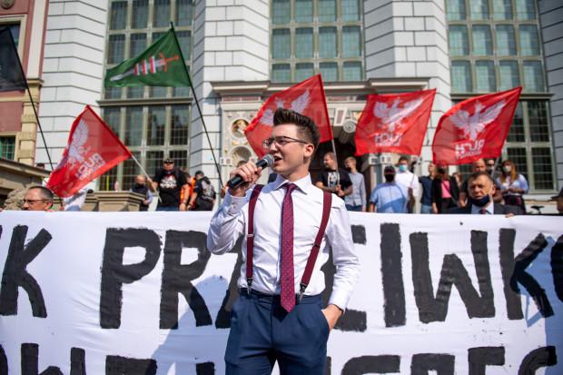Długi Targ i okolice Neptuna to częste miejsce manifestacji bardzo rożnych ugrupowań politycznych, od lewicy po prawicę. Na zdj. manifestacja narodowców z 12 września 2020 r.