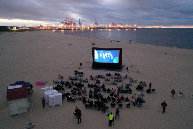"""Pokazy Kina Letniego odbywają się w każdy piątek o godz. 21:30 na plaży na Stogach (wejście nr 26). W repertuarze m.in. """"W samym sercu morza"""", """"Pechowi szczęściarze"""" i """"Dobrze się kłamie w miłym towarzystwie""""."""