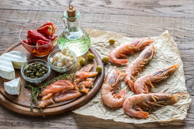 Dieta śródziemnomorska bazuje przede wszystkim na roślinach. Istotnym elementem są też ryby i owoce morza.