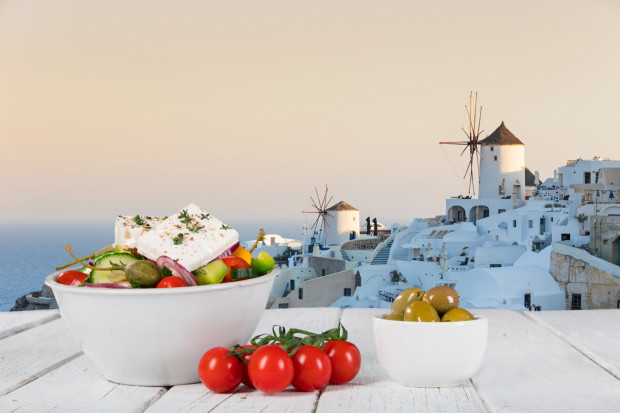 W diecie śródziemnomorskiej szczególnie popularne są sery owcze i kozie, np. feta, którą posypuje się dania i dodaje do sałatek.